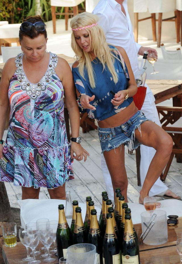 Tara Reid in a hippie outfit at the beach in Saint Tropez (9 pics)