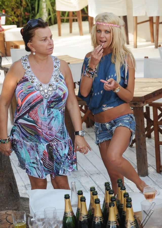 Tara Reid in a hippie outfit at the beach in Saint Tropez (9 pics)