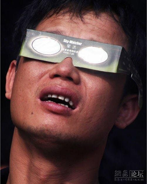 To each their own way to watch at eclipses (10 pics)