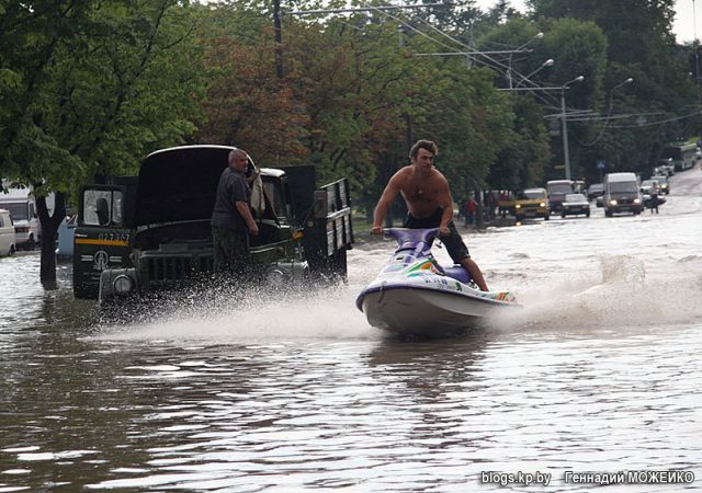 Ride a jet ski in the city (8 pics)