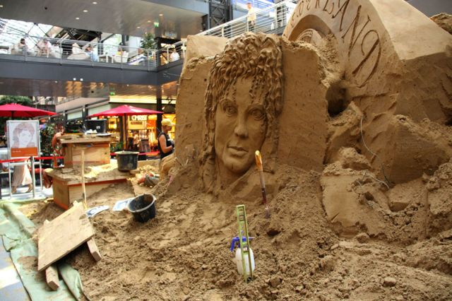 Very unsuccessful sand sculptures of Michael Jackson (11 pics)