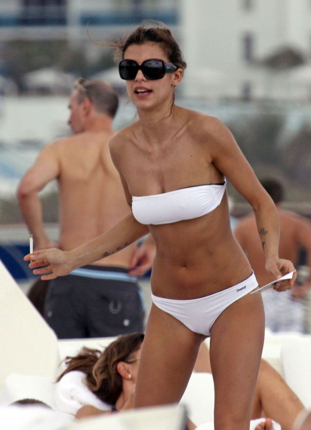 Beach pictures of Elisabetta Canalis (8 pics)
