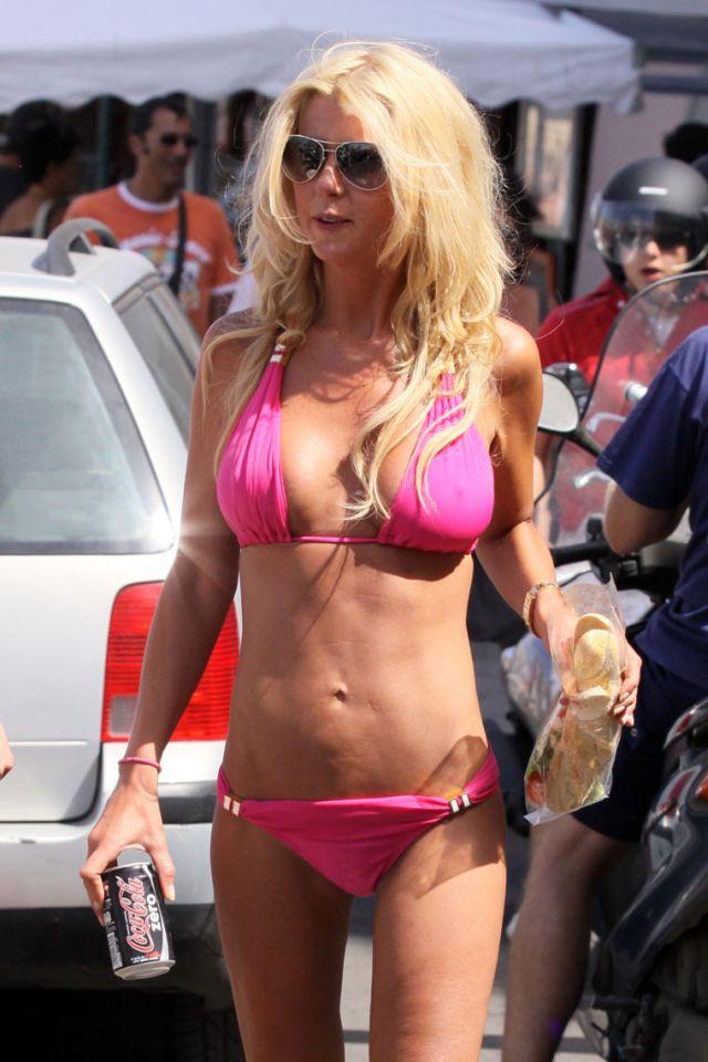 1 Tara Reid in bikini (7 pics)