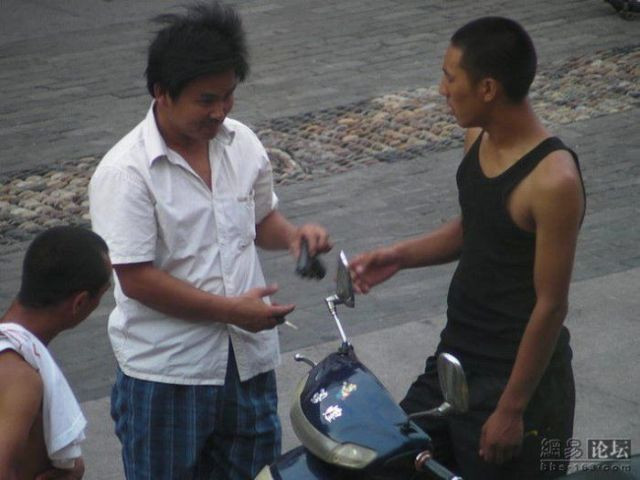 Seems you can easily buy guns on China's streets (11 pics)