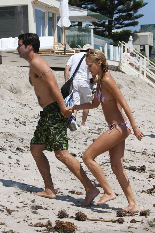 Jessica Alba in bikini on the beach (16 pics)