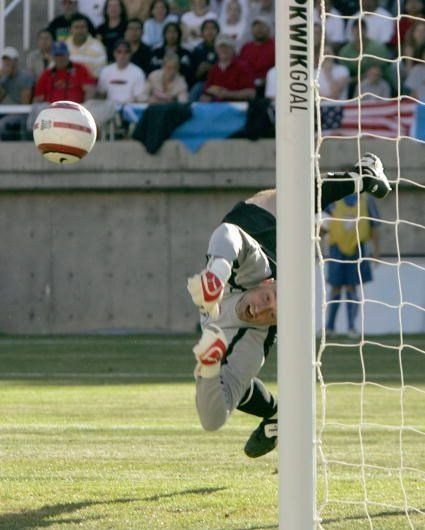 Cool pics of goalkeepers in movement (27 pics)