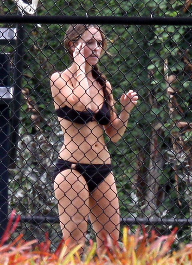 Jennifer Love Hewitt in bikini (7 pics)