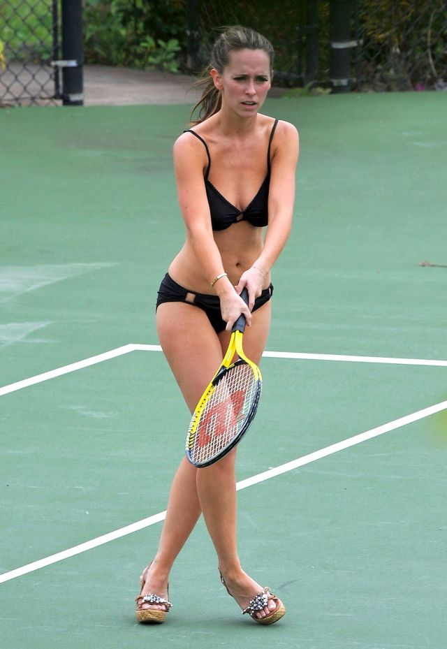 Jennifer Love Hewitt plays tennis in bikini (12 pics)