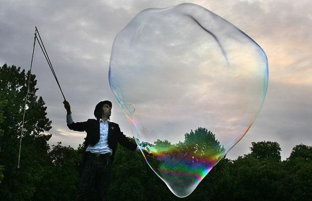 The biggest soap bubbles in the world (13 pics)