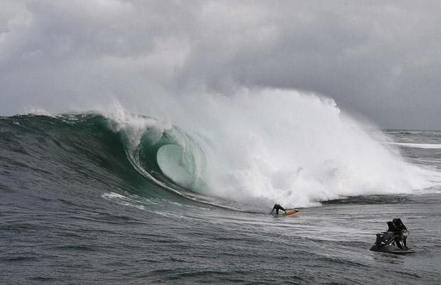 Surfing on a big wave in Cape Town (12 pics)