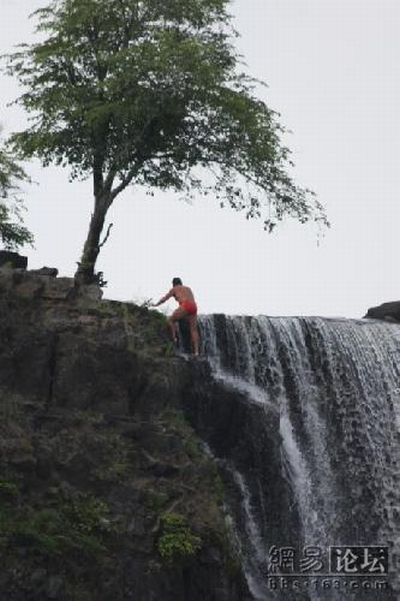 Jump from a waterfall (16 pics)