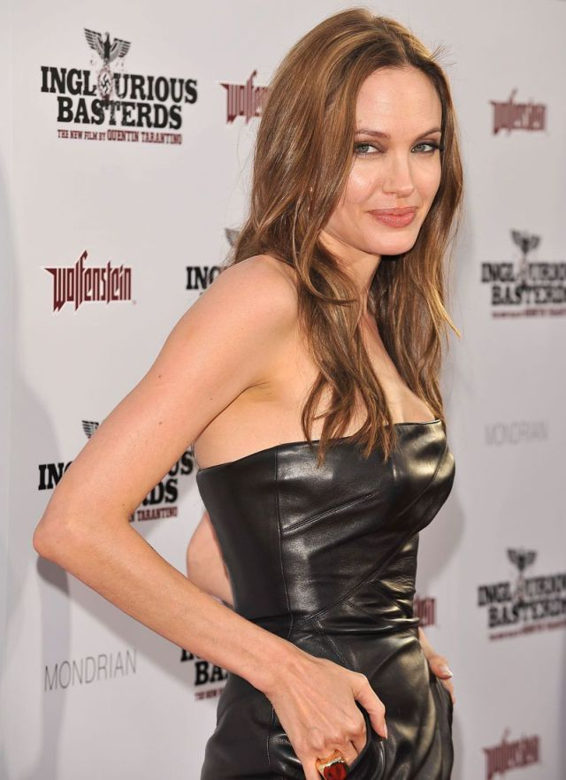 Angelina Jolie is back and she's sexy! (12 pics)