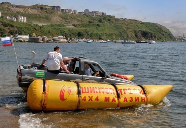 Amphibious vehicle (6 pics)