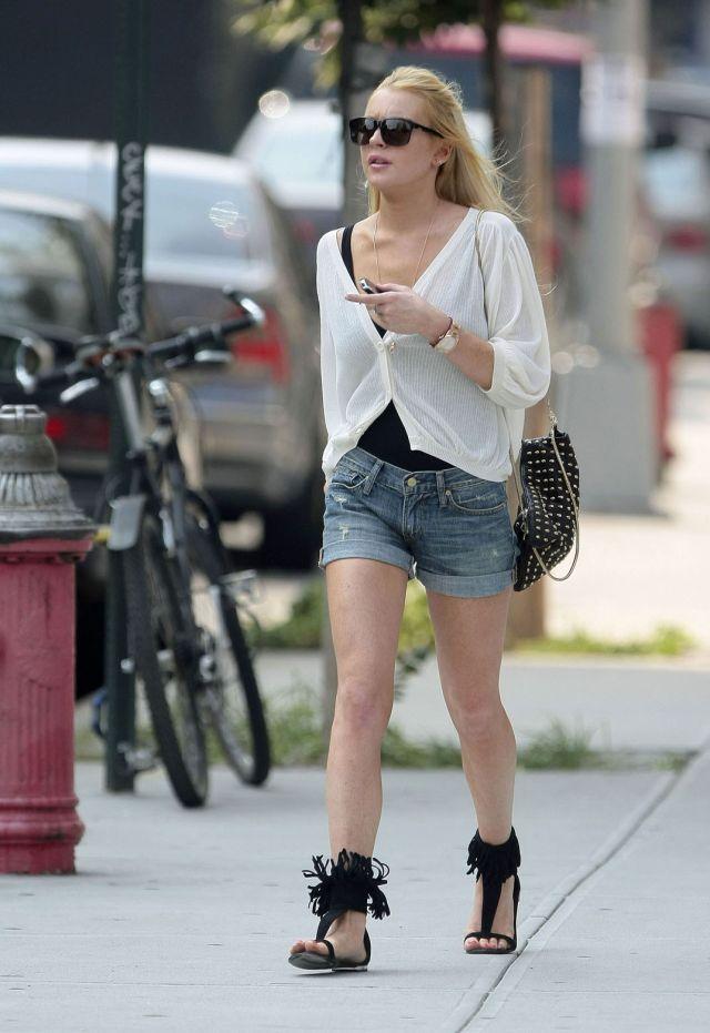 Lindsay Lohan in denim shorts (9 pics)