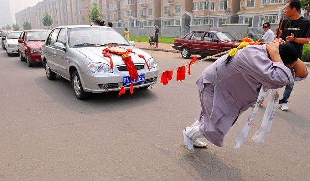 Chinese woman dragged six cars with her hair (6 pics)