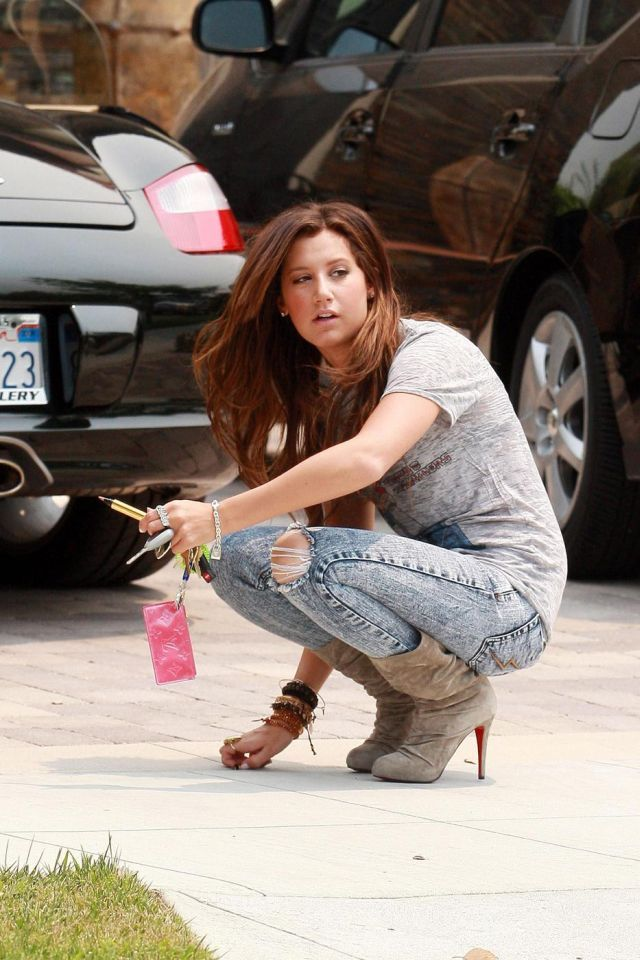 Ashley Tisdale. She needs a hand ;) (6 pics)