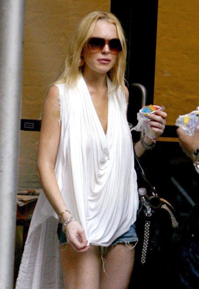Lindsay Lohan in an unusual outfit. How do you like it?  (9 pics)