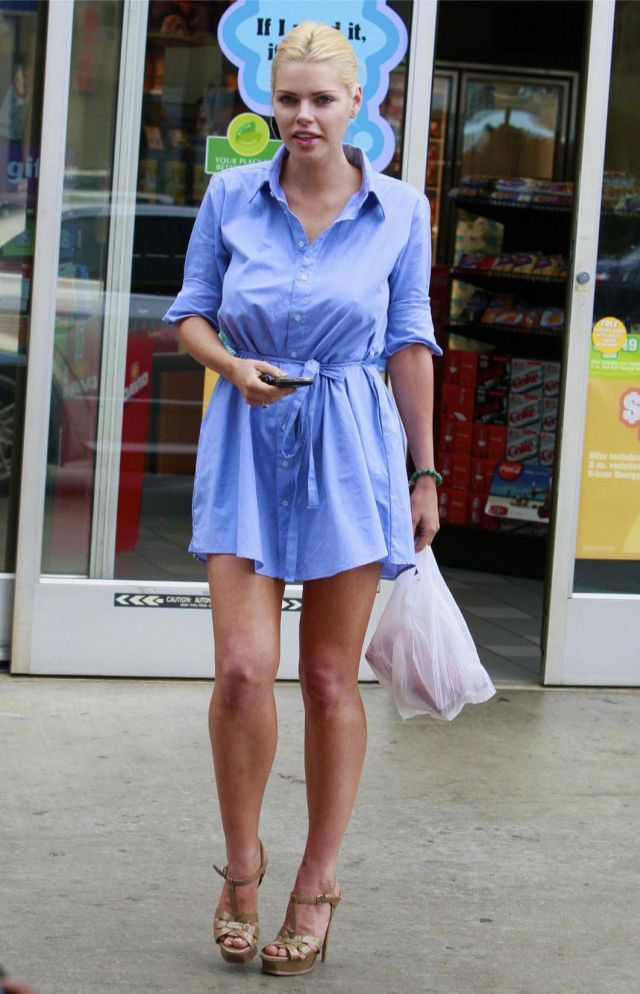 Sophie Monk at the service station (9 pics)