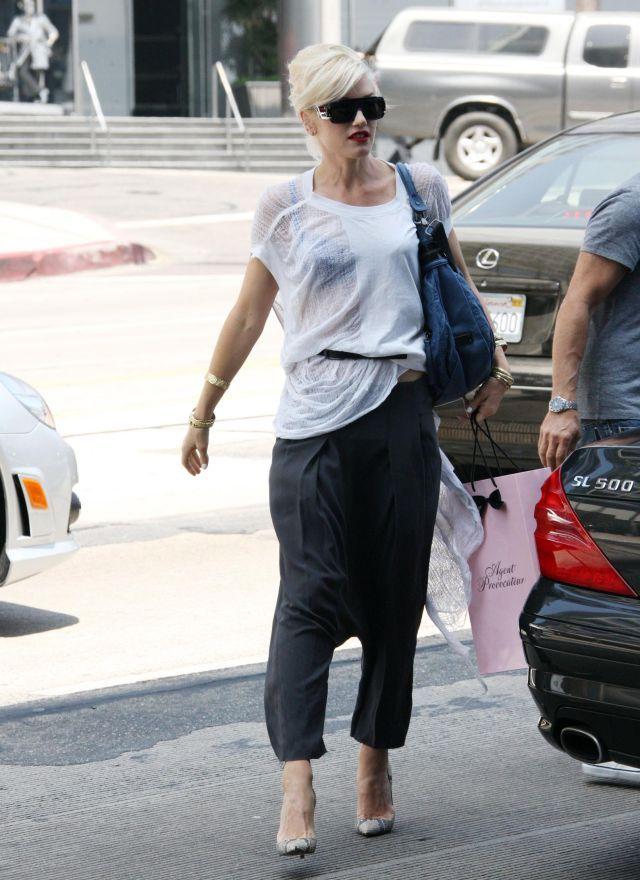 Gwen Stefani. Really weird outfit (9 pics)
