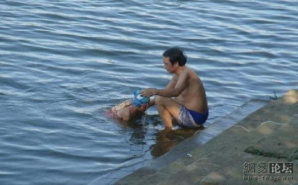 Father teaches his daughter to swim (6 pics)