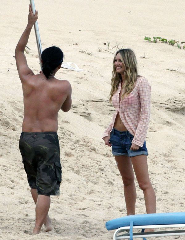 Amusing Doutzen Kroes during a photo shoot on the beach (15 pics)