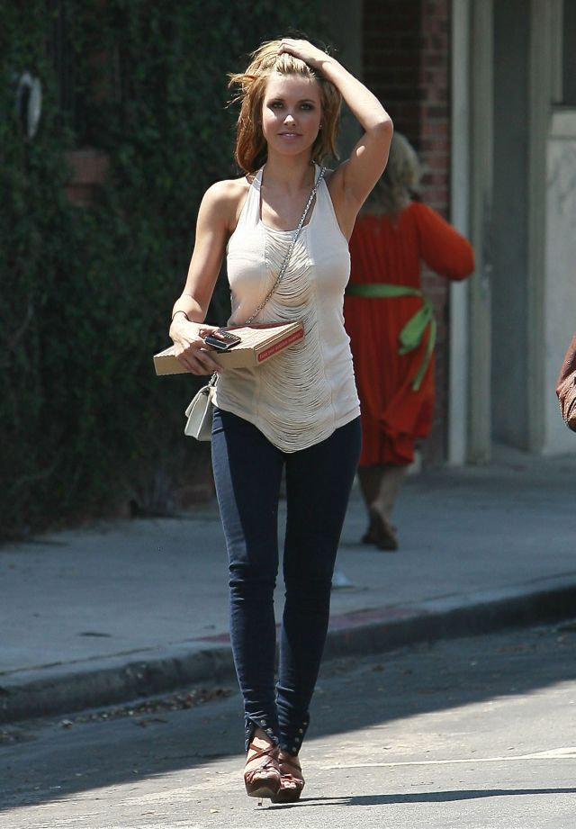 Audrina Patridge on a shooting scene (9 pics)