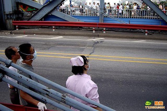 "Interesting suicidal ""show"" on the bridge (9 pics)"
