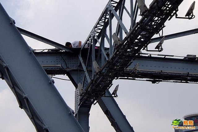 "Interesting suicidal ""show"" on the bridge (9 pics)"