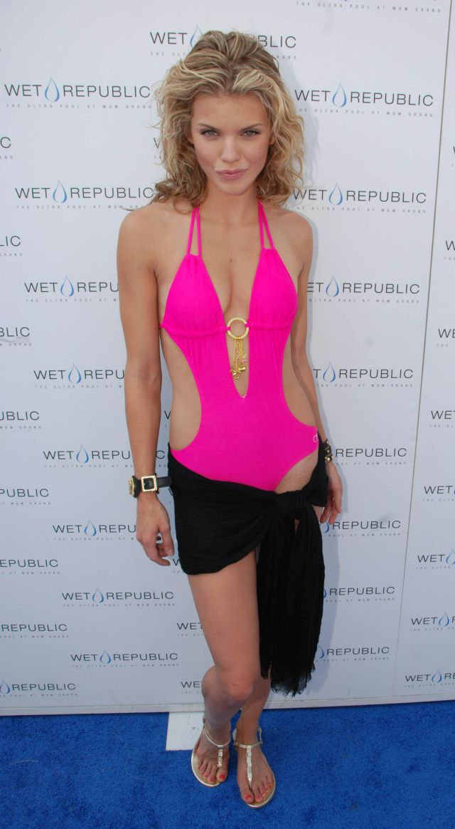 Annalynne McCord in a sexy pink swimsuit (9 pics)