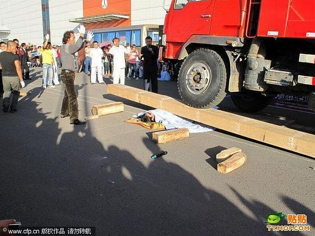 A dangerous stunt at the opening of a new shopping center in China (4 pics)