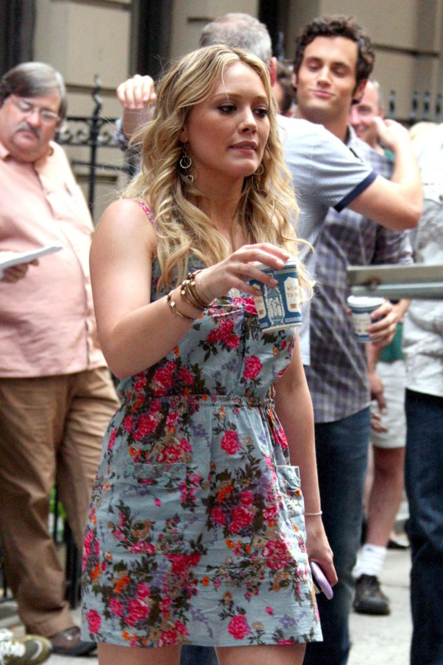 Hilary Duff shooting in Gossip Girl in New York (12 pics)