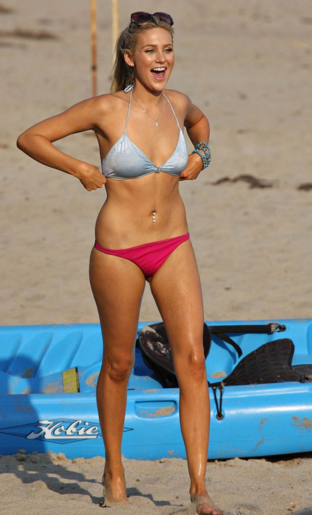 Stephanie Pratt's having fun on the beach (9 pics)