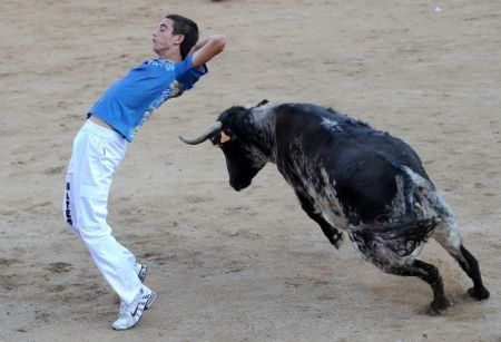 New game: avoid a bull and do it with some nice moves (5 pics)