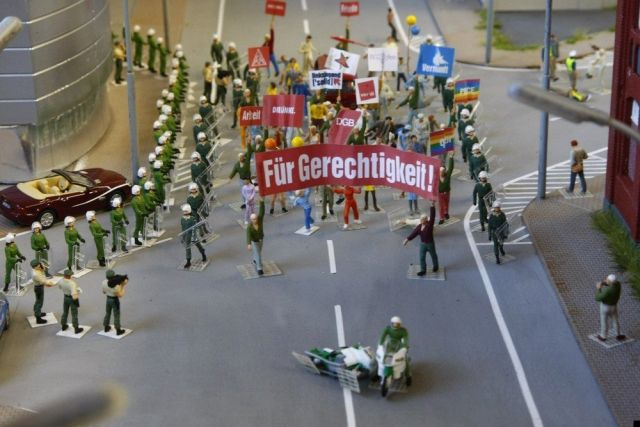 Political campaign in a toy city (27 pics)