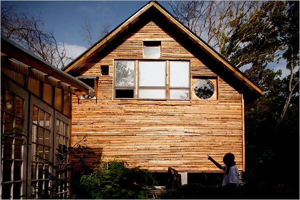 Houses made from salvaged materials (18 pics)