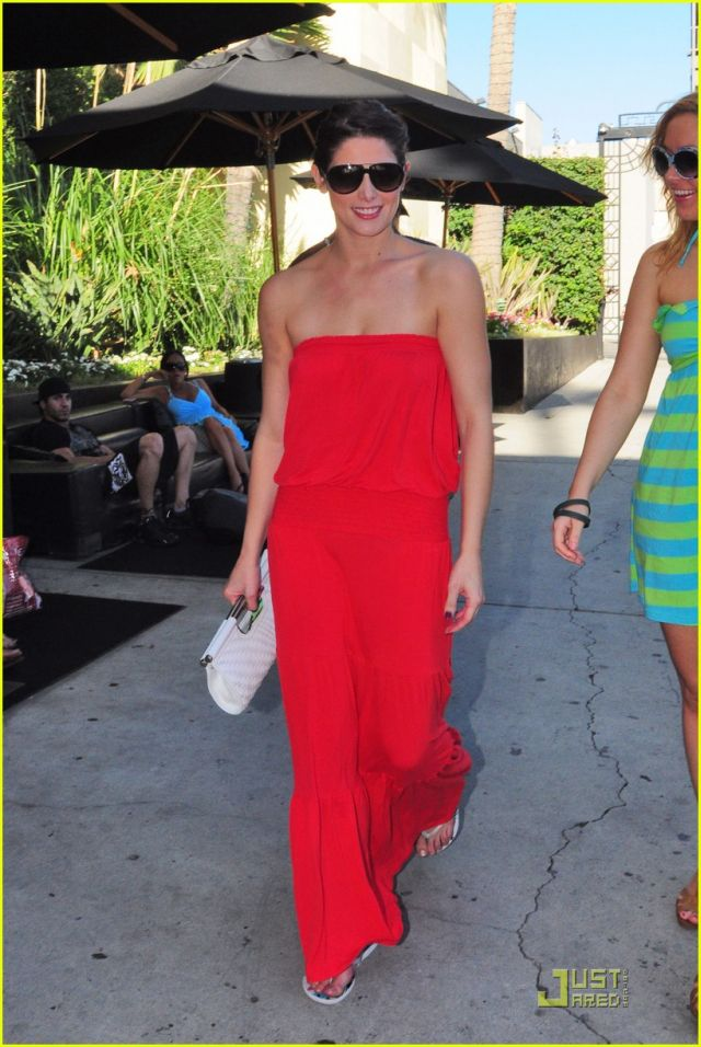 Ashley Greene, lady in red (9 pics)