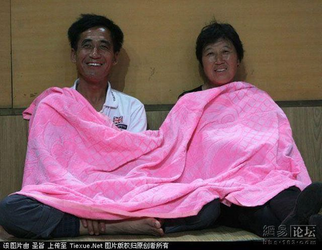Parents of Chinese university students sleeping in a gymnasium?! (8 pics)