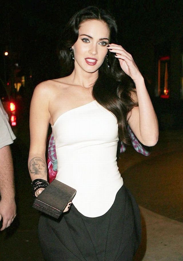 Megan Fox in a weird outfit (6 pics)