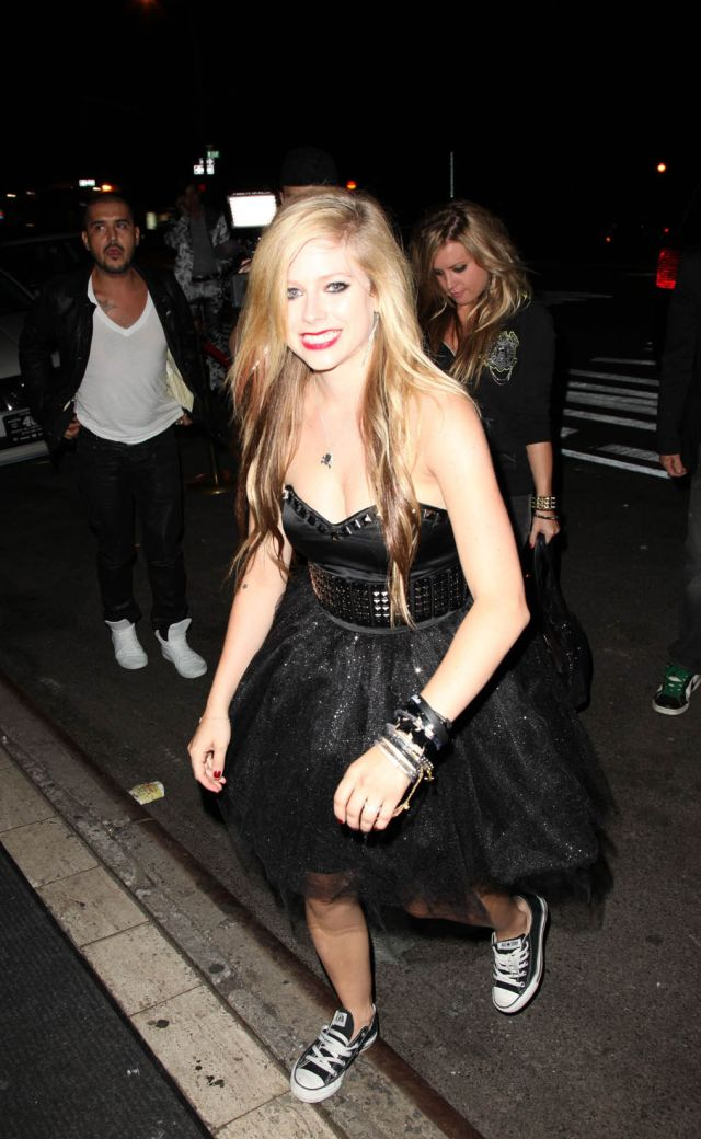 Avril Lavigne at a fashion show (10 pics)