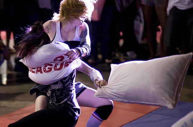 torontos pillow fighting league - 640×423