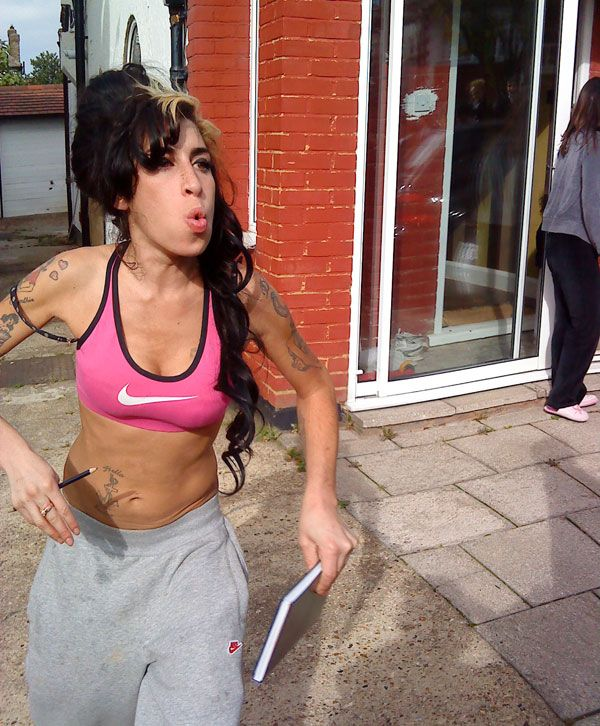 Amy Winehouse came to the school to scream at a girl who bullied her goddaughter the day before (5 pics)