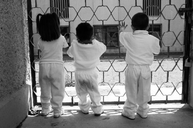 Children living in prisons (12 pics)