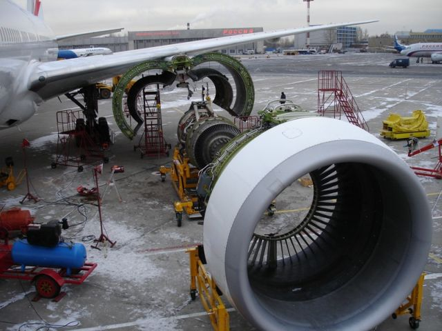 Replacing the damaged engine of a plane (6 pics)