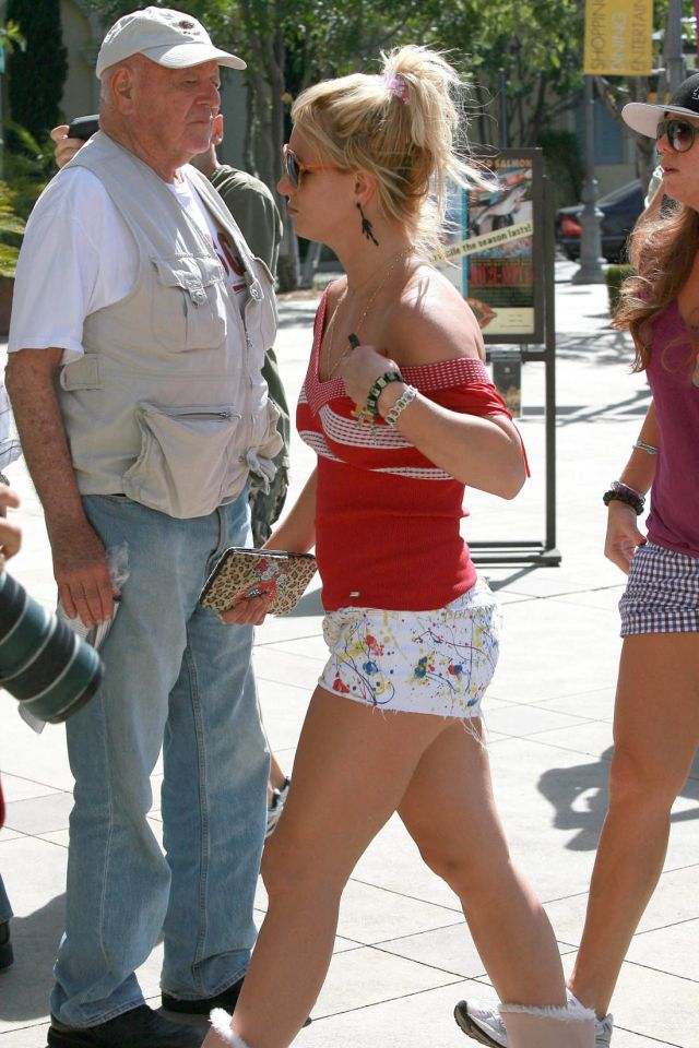 Britney Spears in short shorts and winter boots (9 pics)