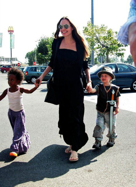 Angelina Jolie with her kids (8 pics)