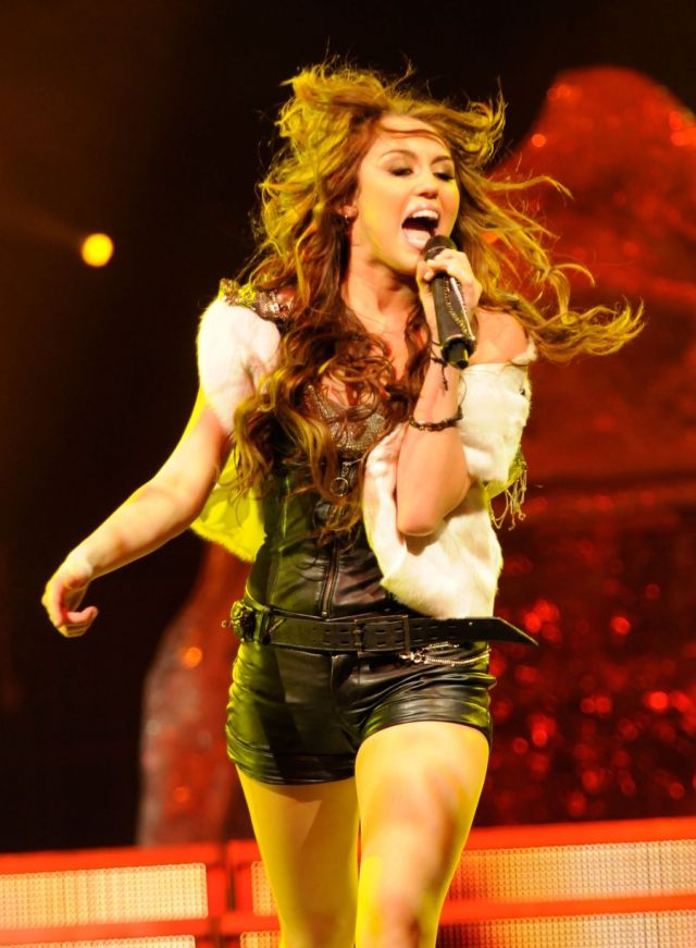 Picture gallery of Miley Cyrus in her Wonder World Tour (12 pics)