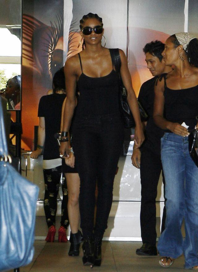 Ciara in a sexy black tank top (9 pics)