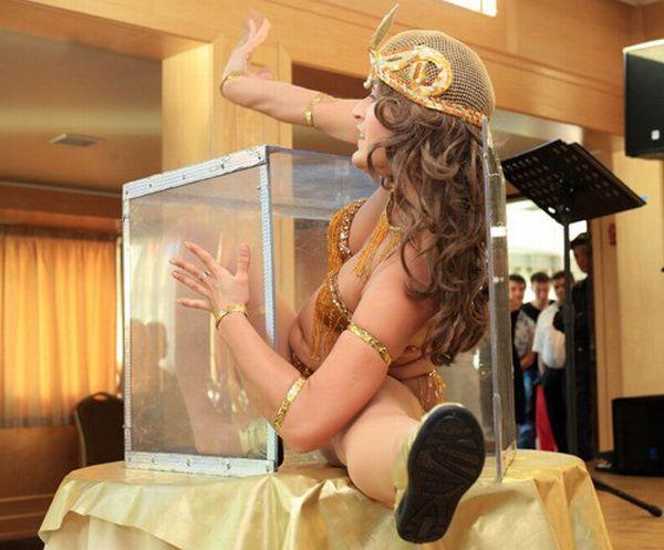 A flexible girl and a box (7 pics)
