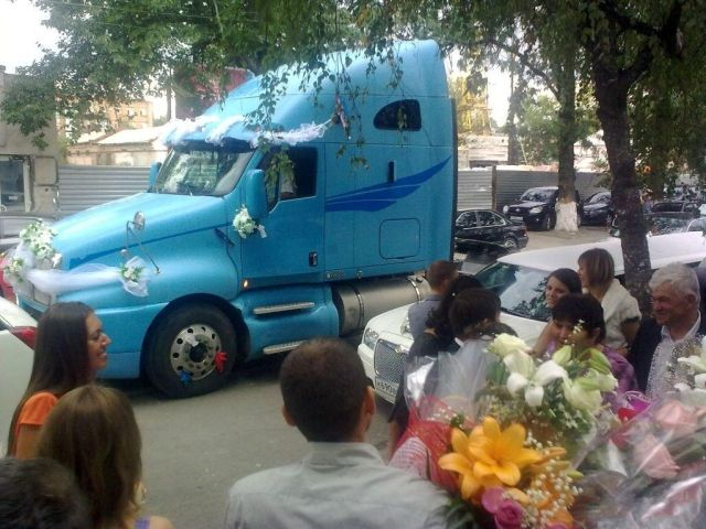 Wedding limos aren't fashionable anymore (5 pics)