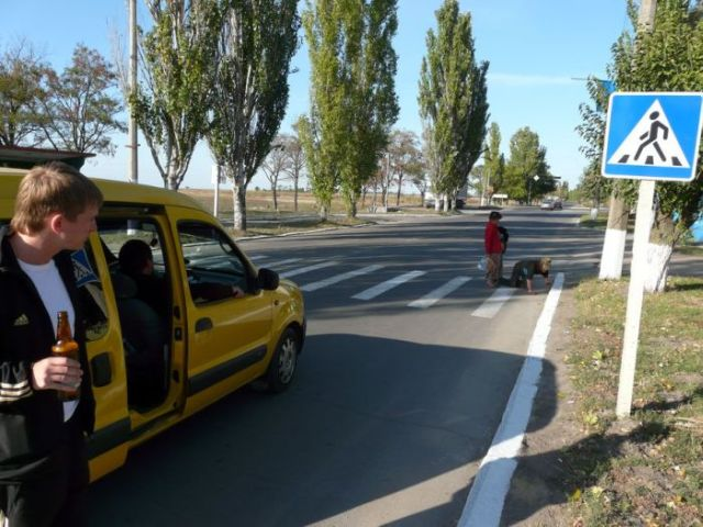 Crossing the road in Ukraine (4 pics)